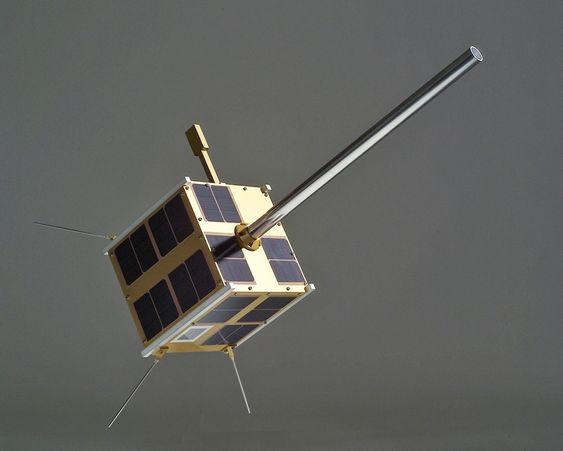 AISsat-1 slik den fortoner seg utei verdensrommet. Den passerer nordområdene hvert 98. minutt. Satellitten mottar og videreformidler skipsinformasjon fra AIS-systemet. Det gir bedre og tryggere imnformasjon om skipstrafikk, som er viktig for sikkerhten og norsk forvaltning av nordområdene.