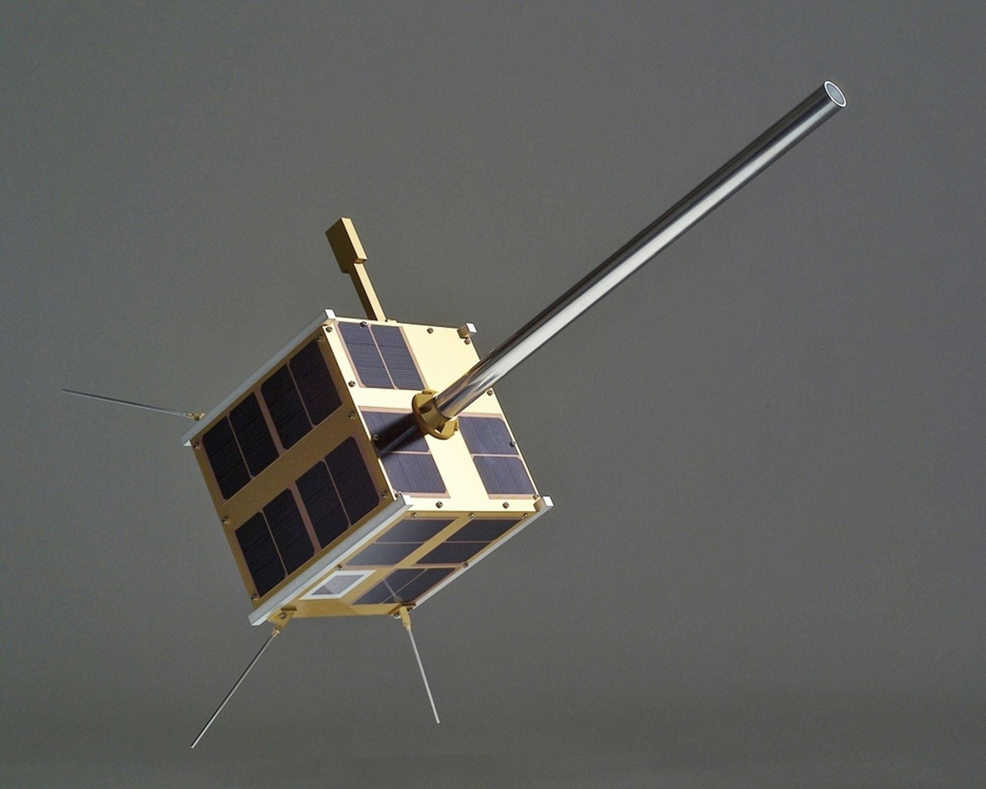 LITEN: Den norske AIS-satellitten er liten nok til å plasseres på skrivebordet, men stor nok til å overvåke skipsfarten i nordområdene.