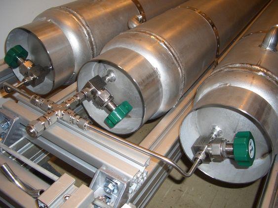 MF Vågen har  tre metallhydridbeholdere om bord for lagring av hydrogen. . Hver av dem rommer 10 Nm3 hydrogen (0.82 kg) og veier 130 kg. Volumet er 40 liter per tank. Typen metallhydrid som er brukt, er en variant av LaNi5. Hydrogenet frigjøres fra metallet under oppvarming.