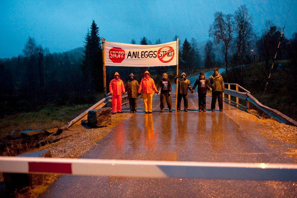 STOPP: Aksjonister fra Bevar Hardanger er på plass for å hindre anleggsmaskiner å komme inn i Mødalen der byggingen av strømmastene skal starte mandag.