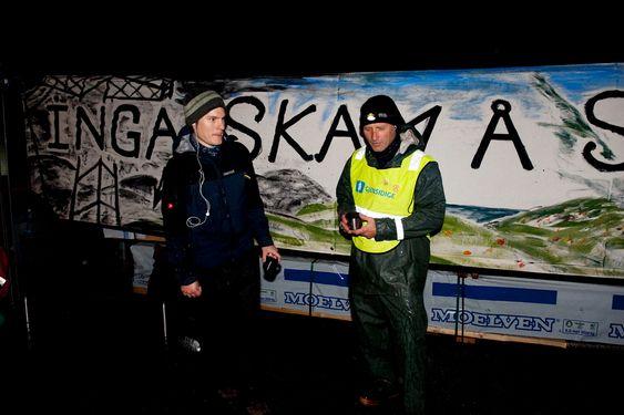 PÅ PLASS: Fra klokken 06 mandag morgen rigger Audun Klyve Gulbrandsen (tv)  og Klaus Rasmussen fra Bevar Hardanger  seg til for å demonstrere mot oppstart av mastebygging ved Statnetts konteinere i Eikedalen på Kvamskogen.