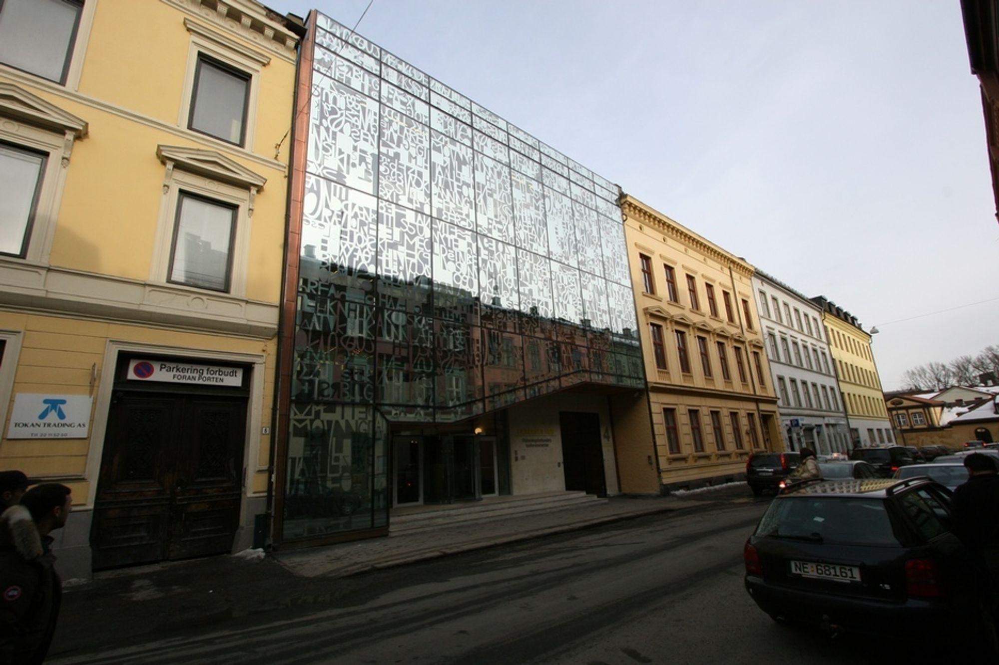 SKILLER SEG UT: Smykkeskrinet skiller seg ut fra de øvrige byggene uten å virke malplassert i en gate med langt over hundre år gamle bygg.