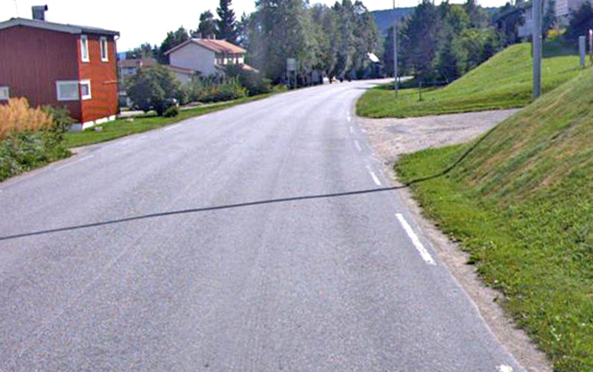 Randbebyggelsen ligger tett langs fylkesveg 720 gjennom Malm, men gående og syklende har ingen steder å gjøre av seg foreløpig. Gang/sykkelvegen kommer til høyre på bildet.