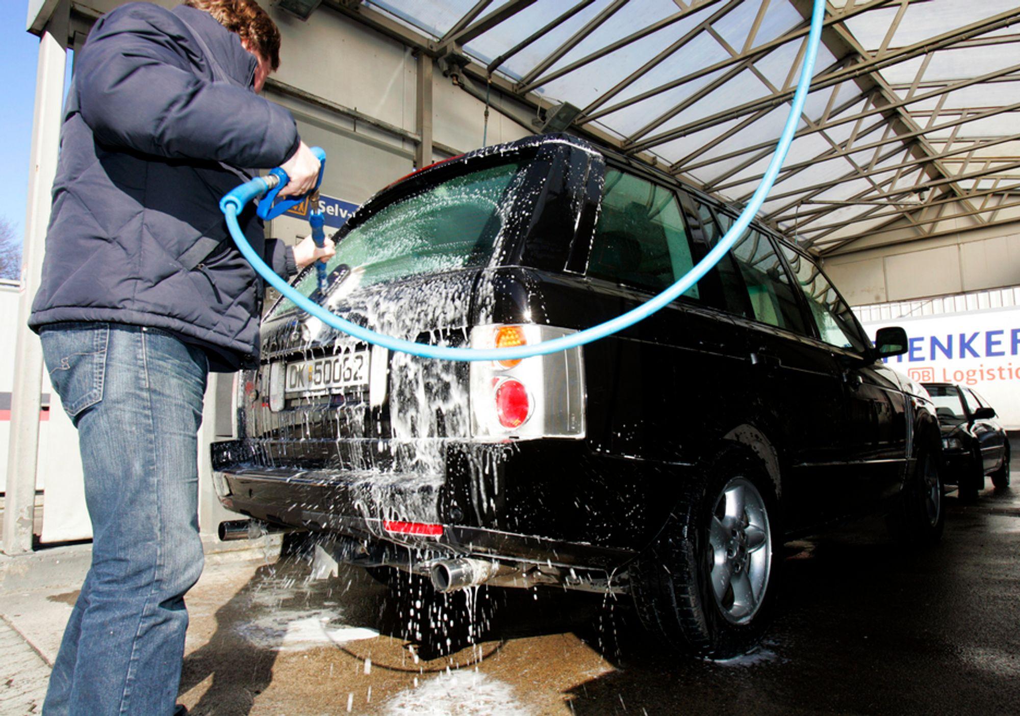 Bilvask med slange fra kommunal vannforsyning er forbudt i Bergen. Vask med bøtte og kanne er derimot lov.