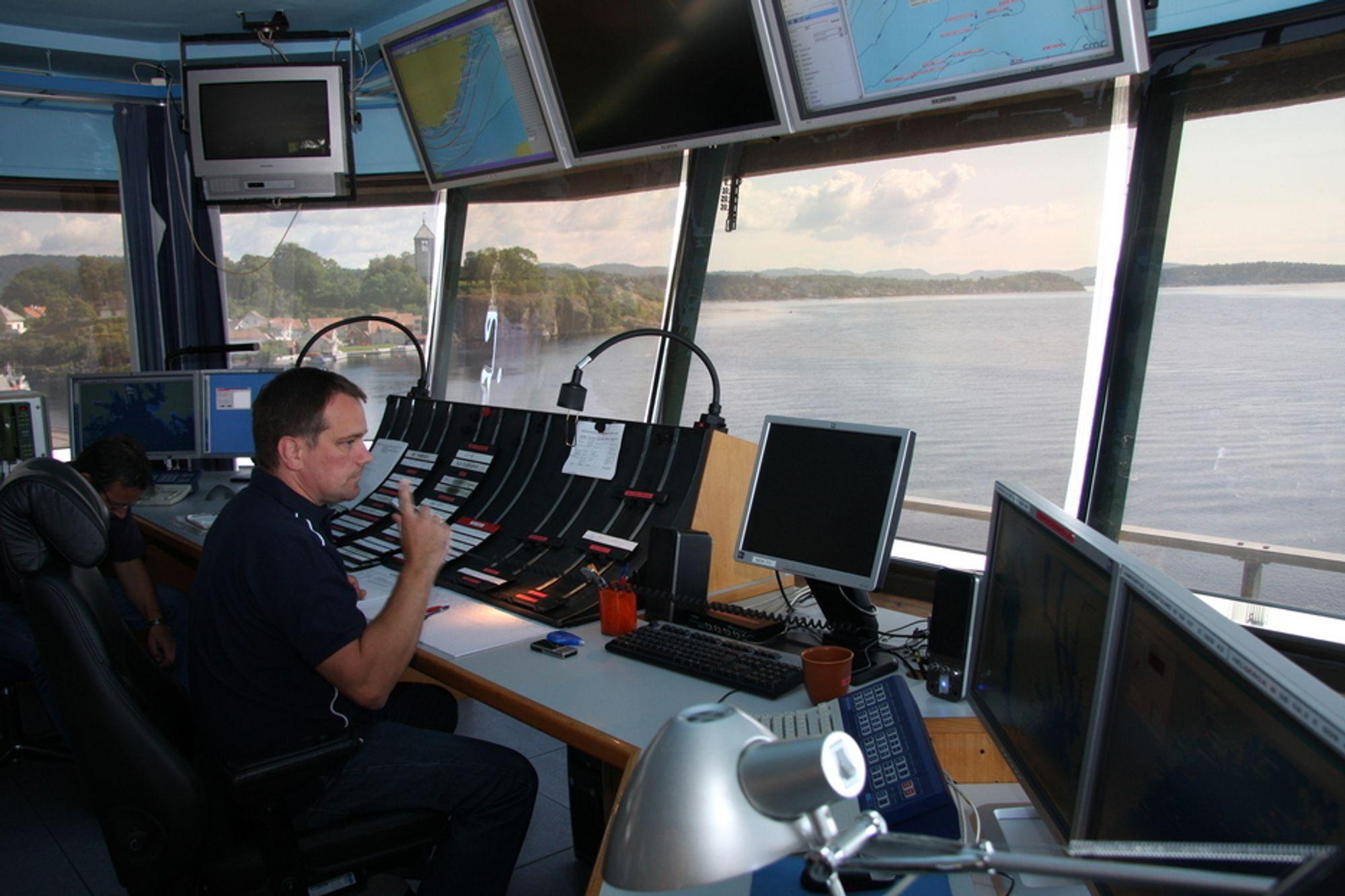 GODT SPRÅK: God kommunikasjon mellom trafikksentraler - her fra VTS i Brevik - og skip, forutsetter gode språkkunnskaper.