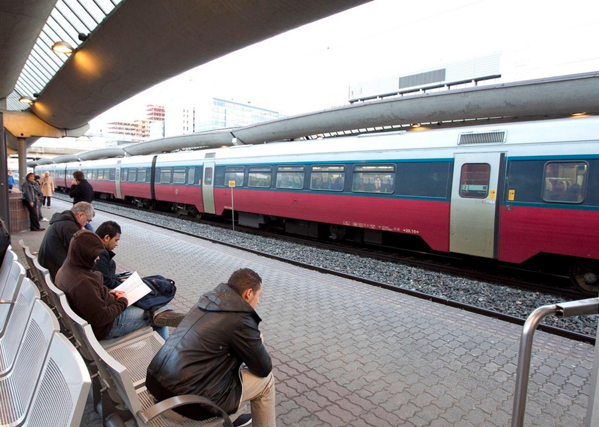 I MOBILEN: Til høsten kan togpassasjerer kjøpe papirløs billett med mobilen.