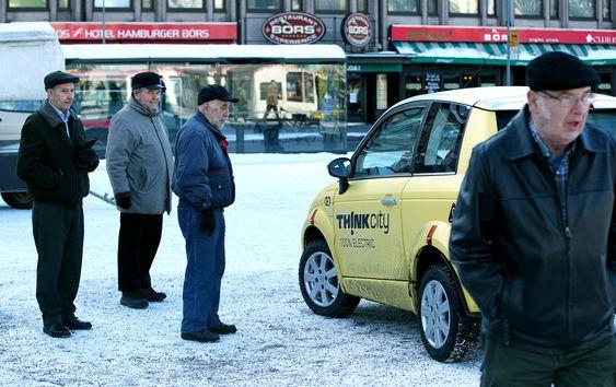 LITT FINSK: Think City er blitt produsert i litt over tre måneder i Finland og får folk til å stoppe opp når den står parkert på torget i Åbo.