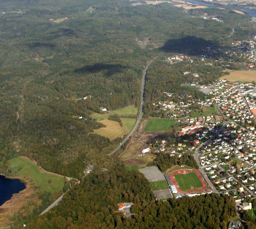 Bildet viser den østlige delen av nåværende E 18 mellom Bommestad og Sky med bøkeskogen i forgrunnen. Ny E 18 vil hovedsakelig gå i tunnel på denne strekningen.