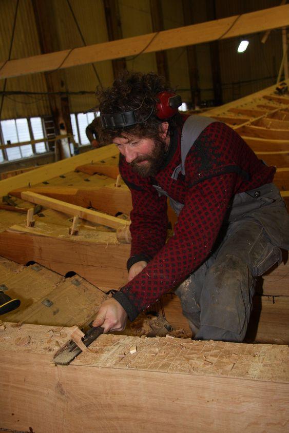 *** Local Caption *** Bygging av Vikingskipet Draken Harald Hårfagre ved Haugesund. Landets fremste trebåtbyggere er engasjert i byggingen. Skipet blir 34 meter langt, ca. 8 meter bredt og et deplasement på 70 tonn. Skipet vil veie ca. 20 tonn og ballst blir på 20 tonn.Oppstart:                Mars 2010Kjølstrekk/røysskål:   Mai 2010Avbordardram:         November 2011Sjøsetting:              Mai 2012Første tokt: Mai 2013
