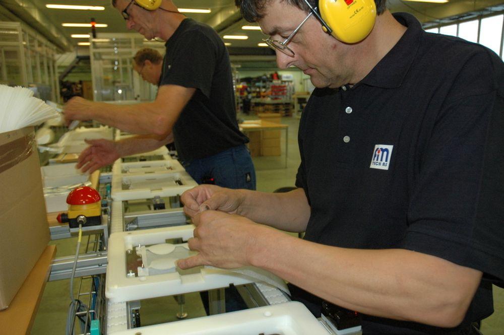KREMPADER TIL USA: Denne maskinen produserer pader fylt med krem eller andre produkter. Slik kan man påføre smertelindrende midler, sårvask, solkrem eller lignende uten å bli klissete på fingrene. Nå skal Fimtech-maskinen til USA og produsere pader for selskapet Padtech.