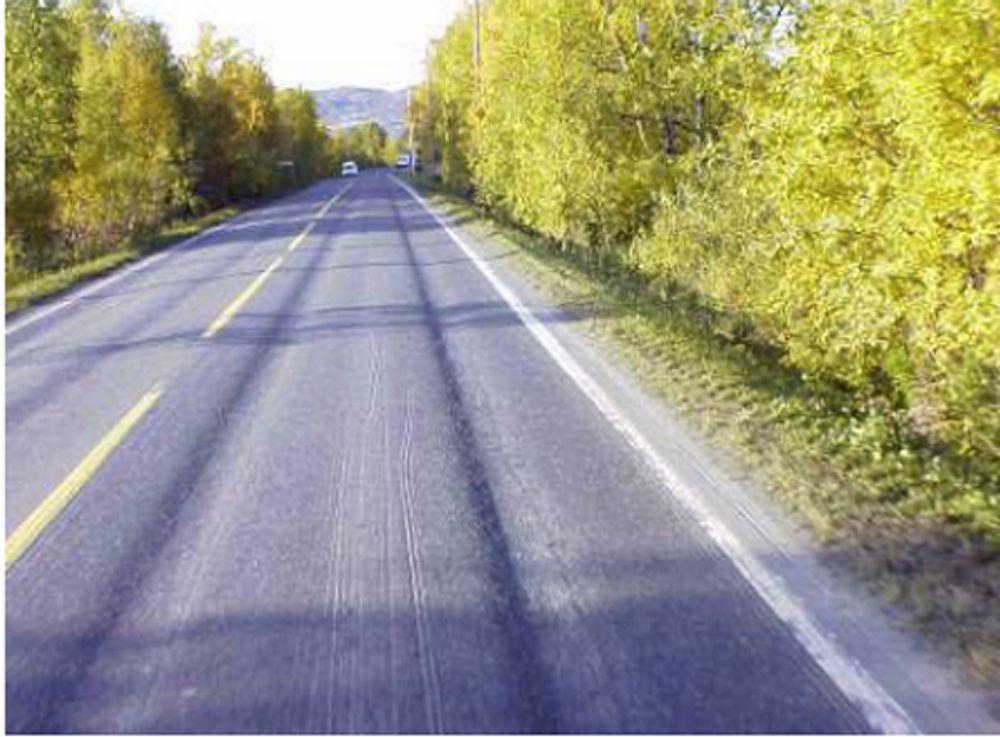 Finnmark fylkeskommune hadde ikke penger nok til nytt dekke på hele veien og lot det stå igjen strekninger som ikke ble utbedret og med 4,8 centimeter spordybde. Her skjedde det en ulykke som kostet tre liv.