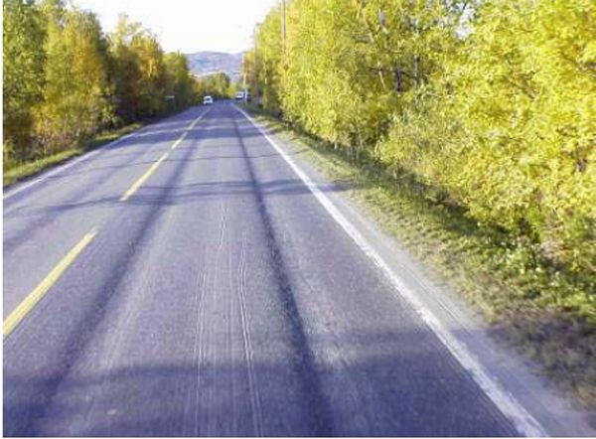 VIL ENDRE: Finnmark fylkeskommune hadde ikke penger nok til nytt dekke på hele veien og lot det stå igjen strekninger som ikke ble utbedret og med 4,8 centimeter spordybde. Her skjedde det en ulykke som kostet tre liv. Nå vurderer vegvesenet strengere regler for tillatt spordybde.