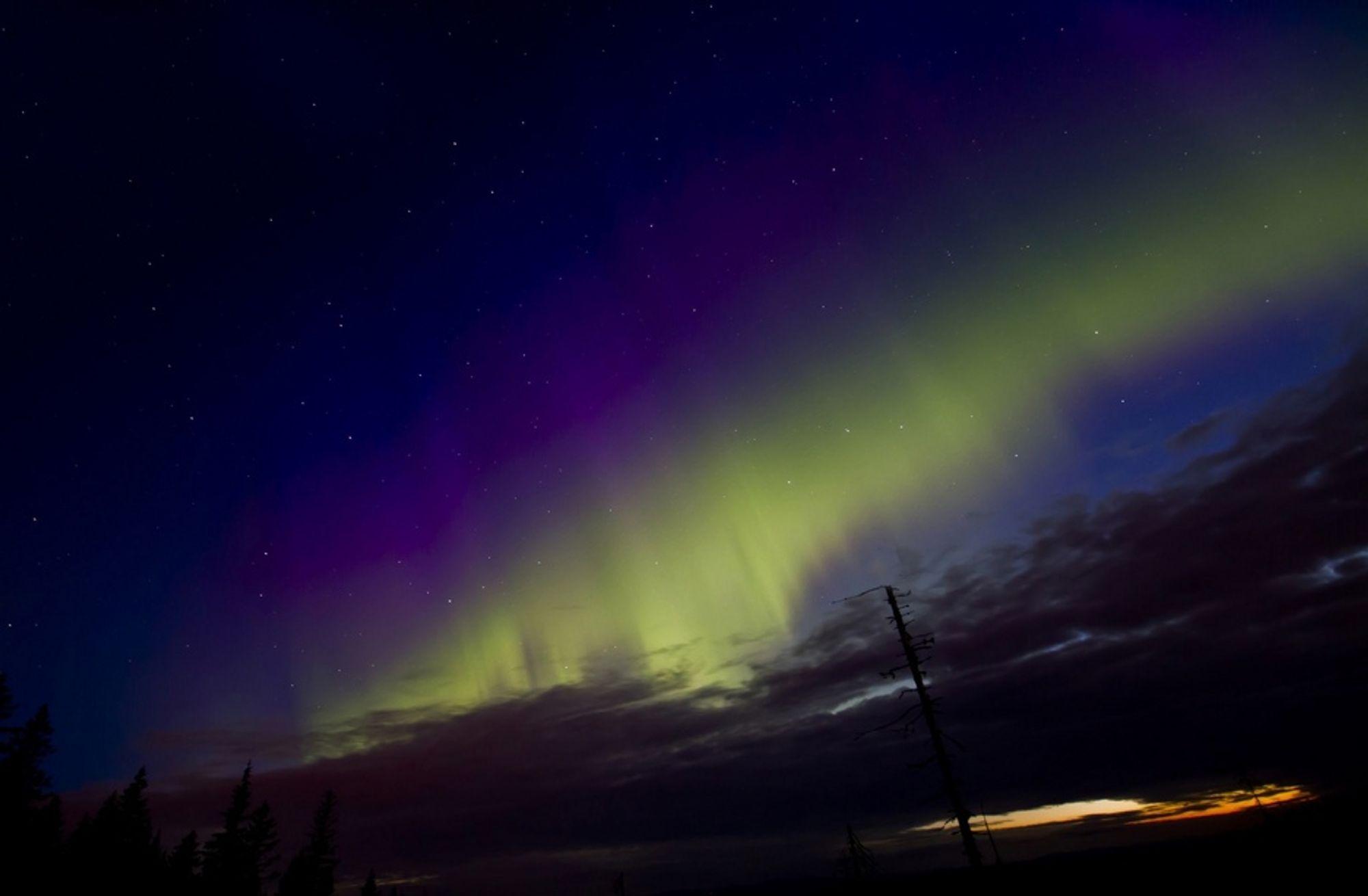 To kraftige smell på solen søndag sendte en bølge av varm gass mot jorden og forårsaket nordlys i Sør-Norge natt til onsdag. Dette bildet er tatt på en topp lengst nord i Nordmarka, rundt 600 meter over havet.