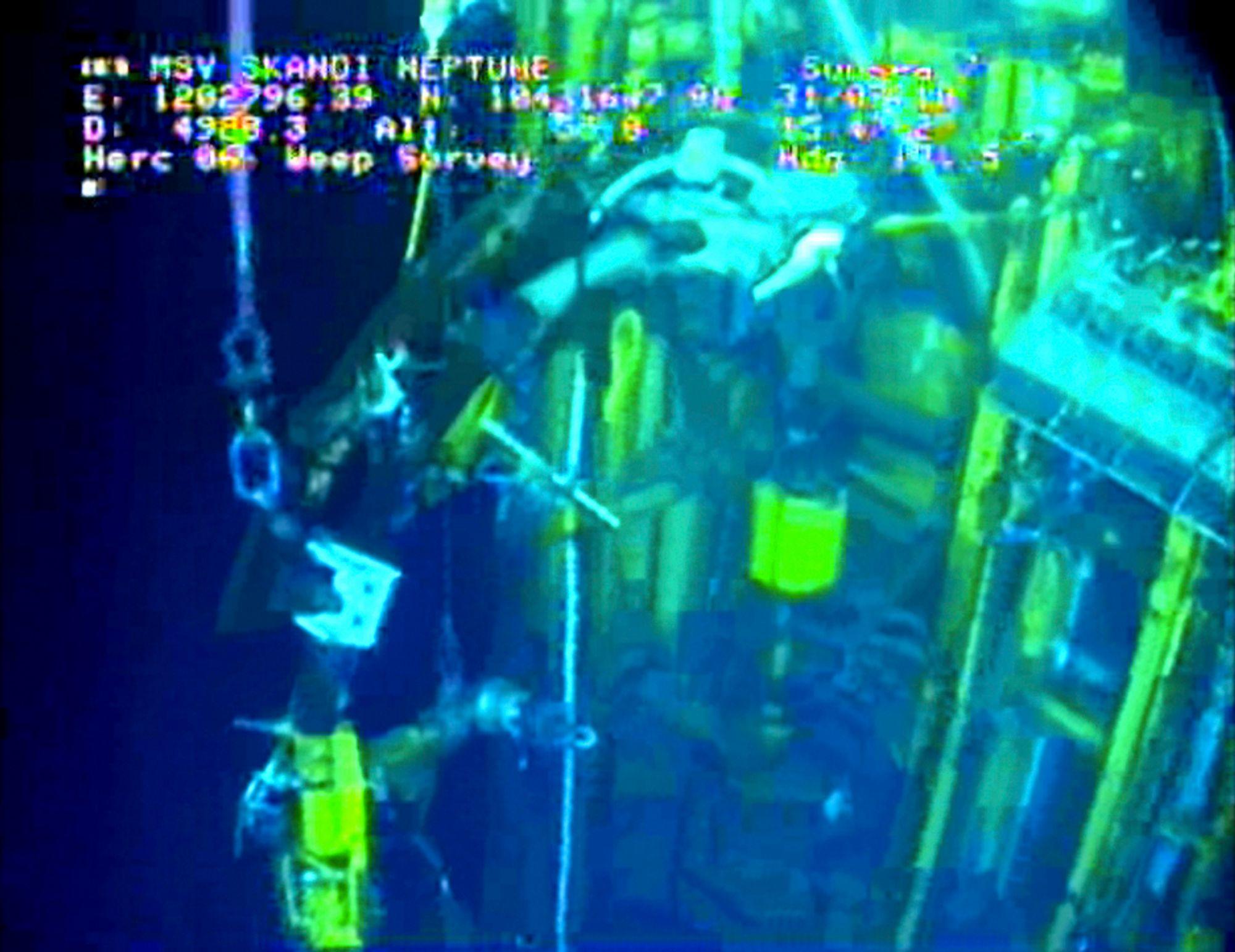 I GANG: Arbeidet med å stanse oljeutslippet i Mexicogolfen kom tirsdag et viktig hakk videre. Da startet BP arbeidet med å plombere brønnen.