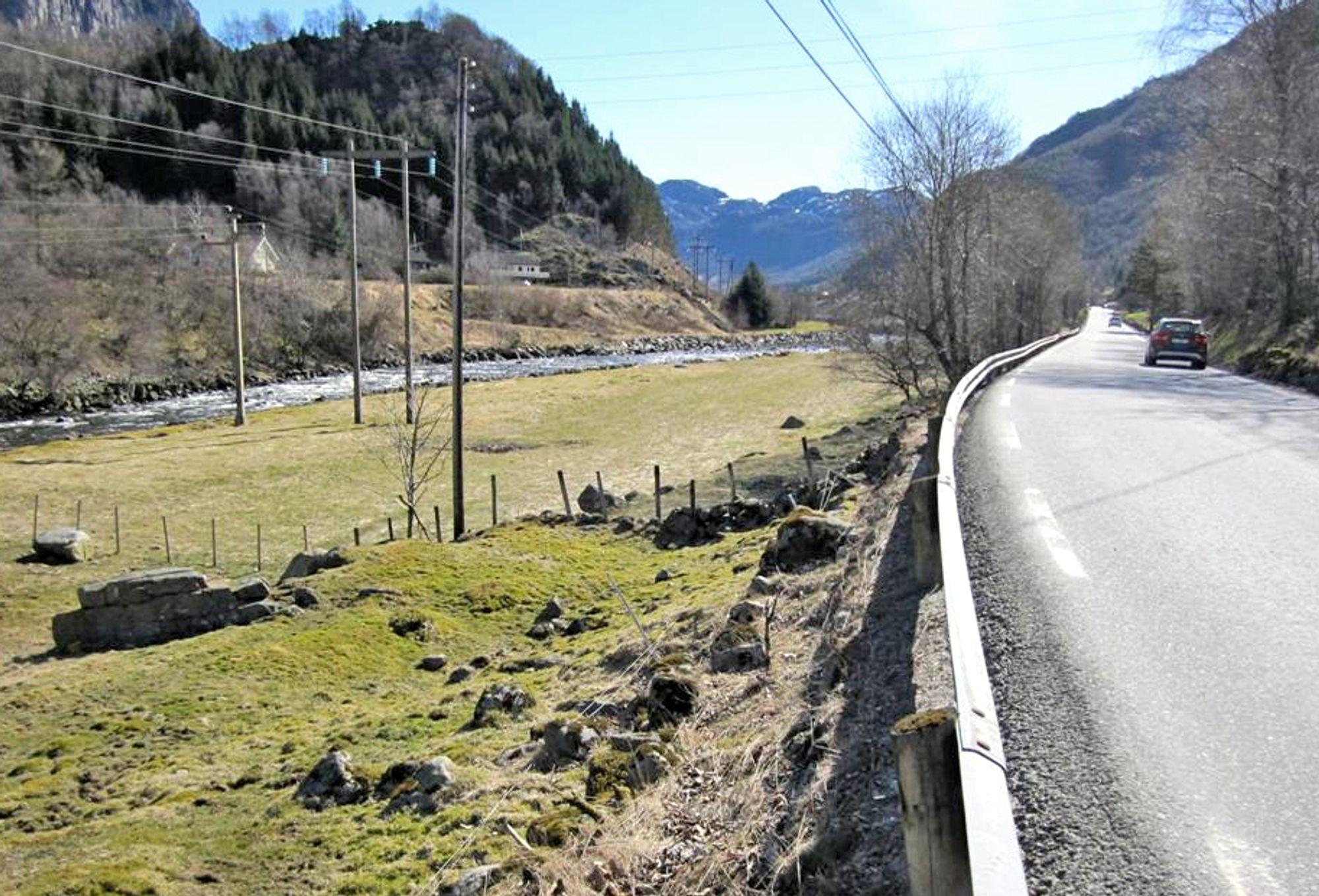 Her blir det trivelig å gå og sykle neste år. Gang/sykkelvegen skal gå langs bredden av Dirdalsåna som kommer inn til venstre på bildet.