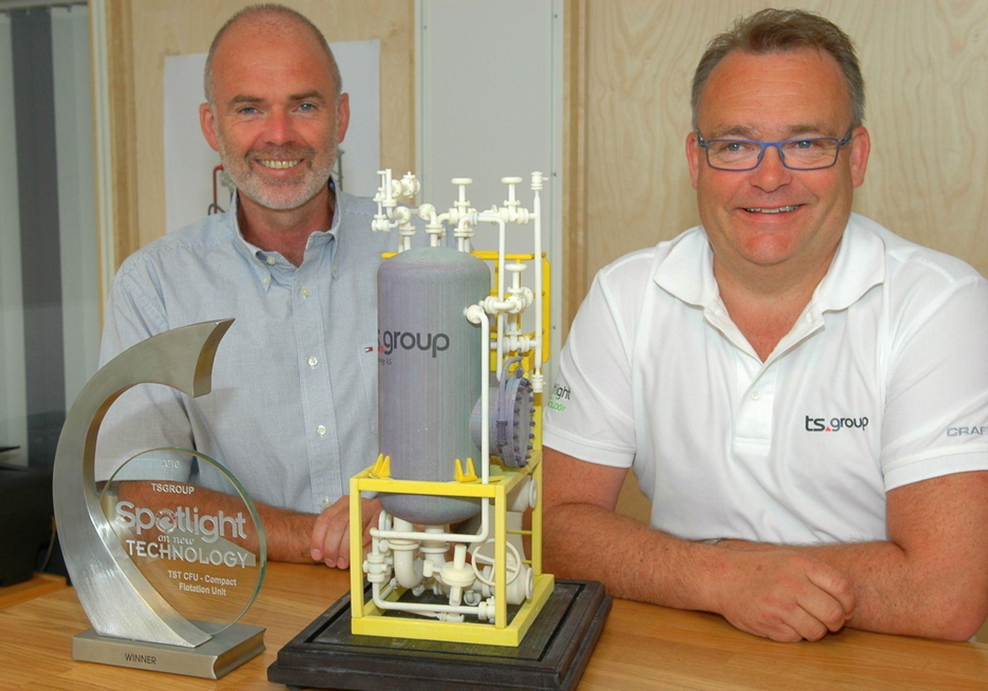 PRISBELØNT: Terje Kornberg og Bjørn Simonsen med en modell av en CFU. Teknologien fikk stor oppmerksomhet og fikk en teknologipris under årets OTC i Houston.