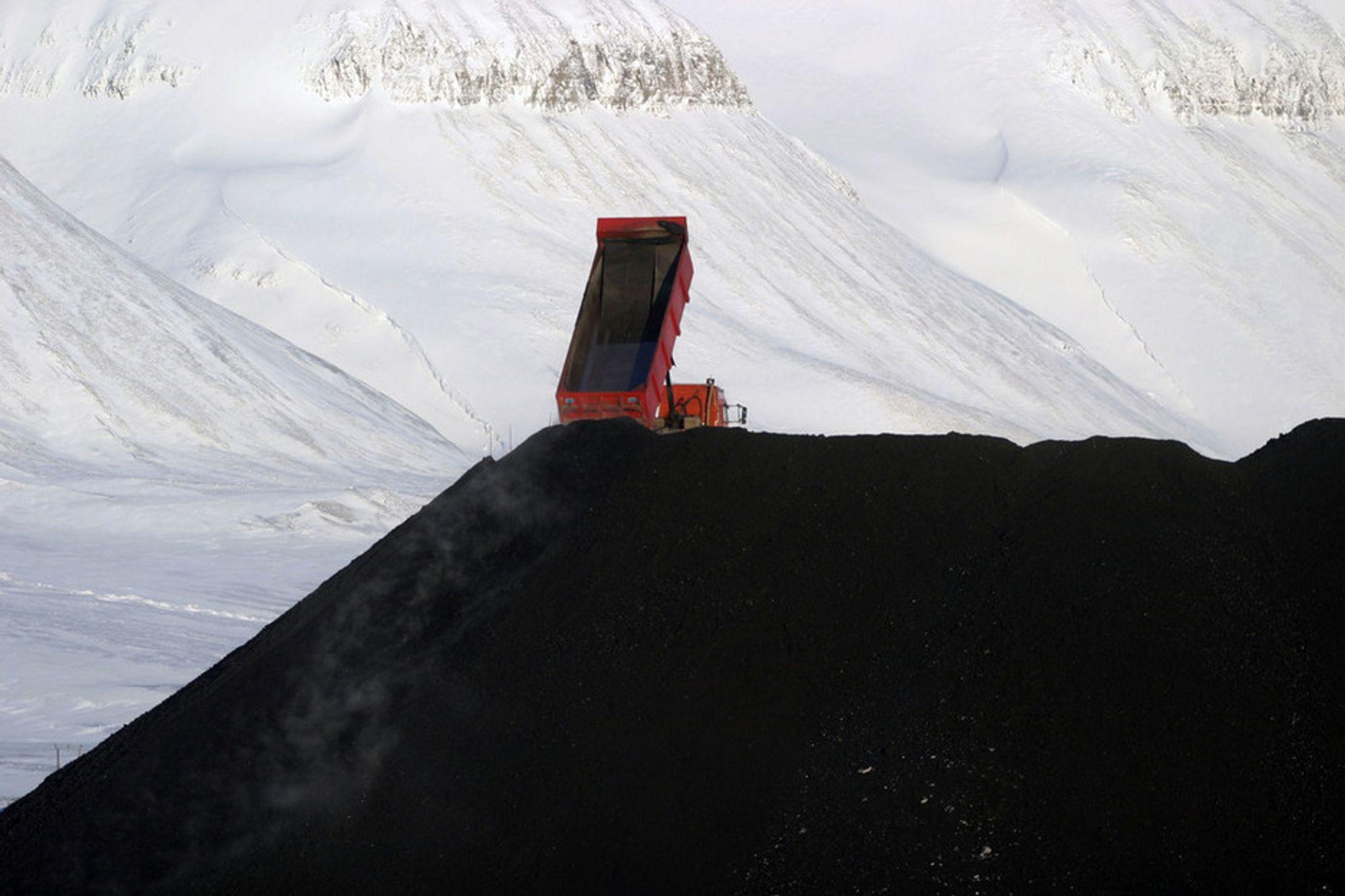 INNHOLDER PETROLEUM: Å brenne svalbardkull som inneholder petroleum kan anses som sløsing fastholder en rapport fra 1924.