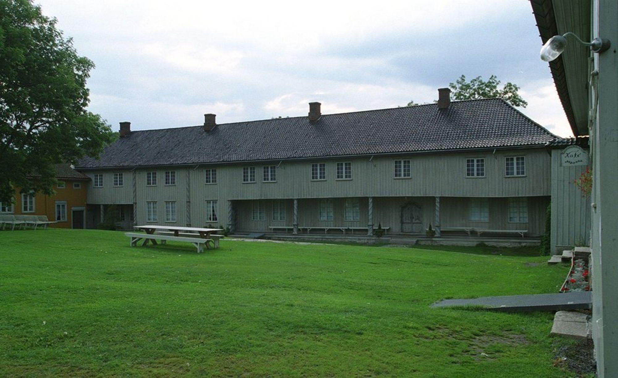 DYRT: De fleste fredede bygninger er i privat eie, og dyre å vedlikeholde. Bildet viser den fredede herregården Fossesholm (fra 1750-tallet) i Vestfossen i Øvre Eiker.