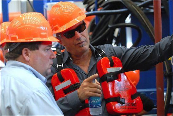 """ENGASJERT: Kevin Costner (t.h.) ombord på """"Ella G"""", et forsyningsskip utstyrt med fire enorme sentrifuger - med tilnavnet T-Rex - som nå brukes i Mexicogolfen. Sentrifugene skal kunne samle opp 3 millioner liter olje daglig."""