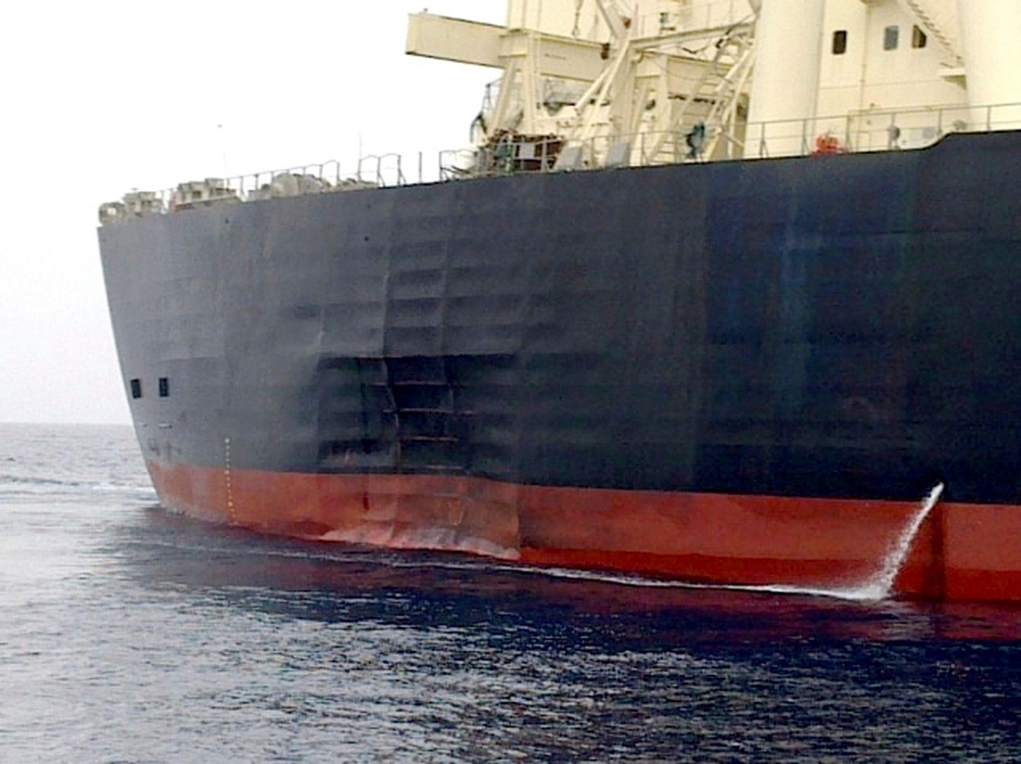 MYSTISK: Besetningen på M. Star hevdet at de så et skarpt lys og hørte en eksplosjon før tankskipet fikk denne enorme bulken i skroget. Etterforskningen tyder på at de har rett.