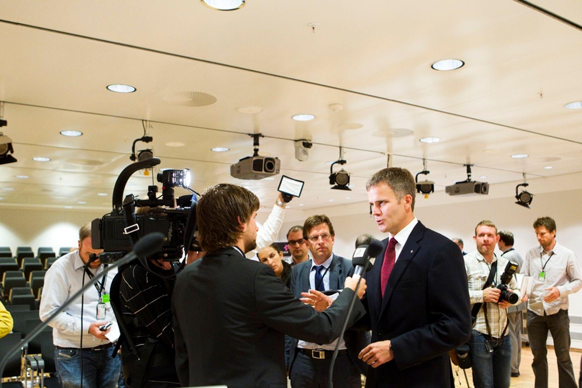 Konsernsjef Helge Lund etter presentasjonen av resultatet for 2. kvartal for Statoil. Selskapet kritiseres for å pynte på regnskapstallene.