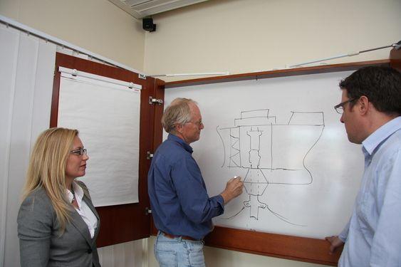 Jeanette Berntsen, Tom Lassen, professor  i materialteknikk og styrkeanalyse ved Universitetet i Agder, og David Litlekalsøy i APL i Arendal.