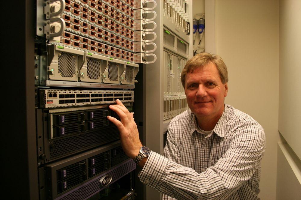 SUPERRASK: Sjef for Infiniband i Oracle, Eivind Rongved, har ledet utviklingen av det som kan blir servernes interne supermotorvei. Her avbildet i labben på Skullerud.
