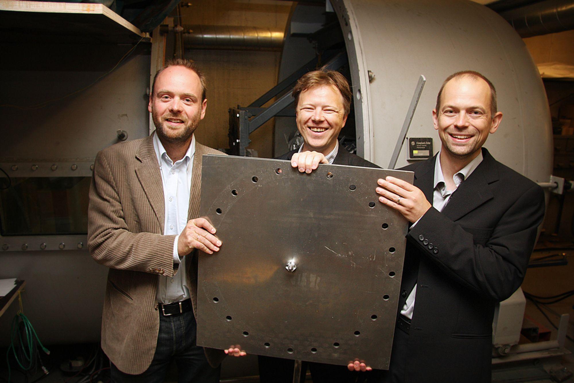 GJENNOMBRUDD: Fysikk-gründerne Arve Grønsund Hanssen (t.v.) og Lars Olovsson (t.h.) med professor Tore Børvik i Forsvarsbygg, som har testet et nytt dataverktøy for fysikksimulering.