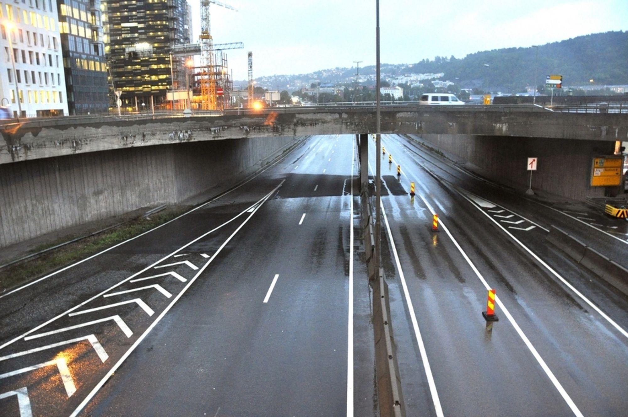 Stillheten har senket seg i Bjørvika. Dette bildet er tatt på Bispelokket før kl. 8 om kvelden. Der E 18 gikk for kort tid siden er trafikken borte. På lokket er den kraftig redusert.