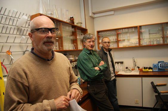 NANO: Rune Wendelbo (til v.), Nils Berner og Ole Vaaland Saure holder til i et laboratorium i kjelleren på kjemisk institutt. Her forsker de på nanopartikler.