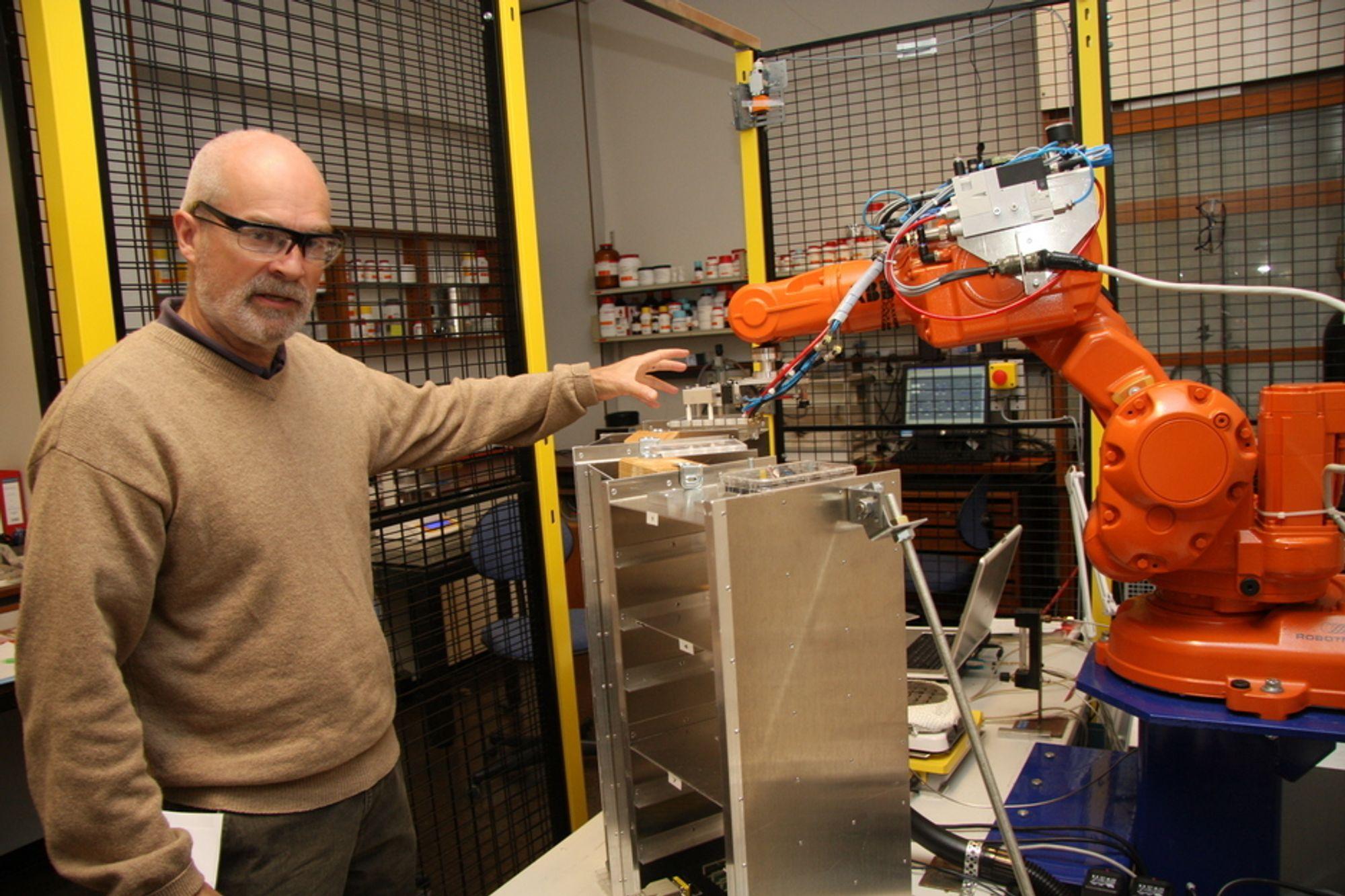 NATTARBEIDER: Rune Wendelbo er svært fornøyd med industriroboten han har kjøpt brukt og billig. Den gjør forsøk dagen lang, som forskerne kan bruke dagen på å analysere.