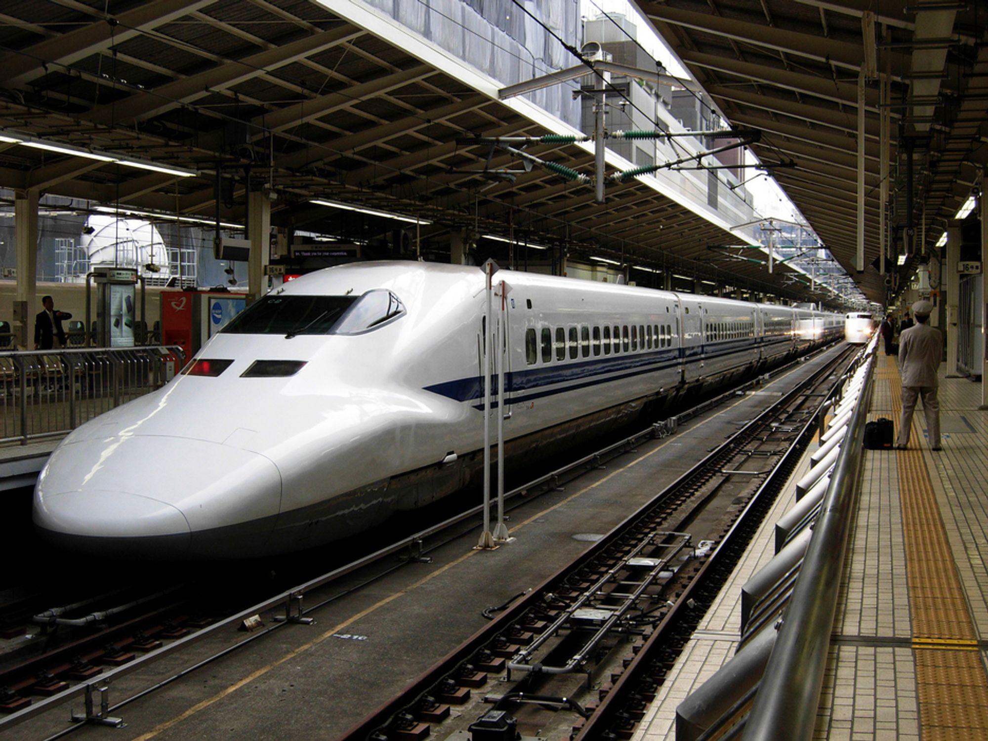 PUNKTLIG: Hikari Shinkansen venter på neste avgang. Du kan stille klokken etter disse togene.