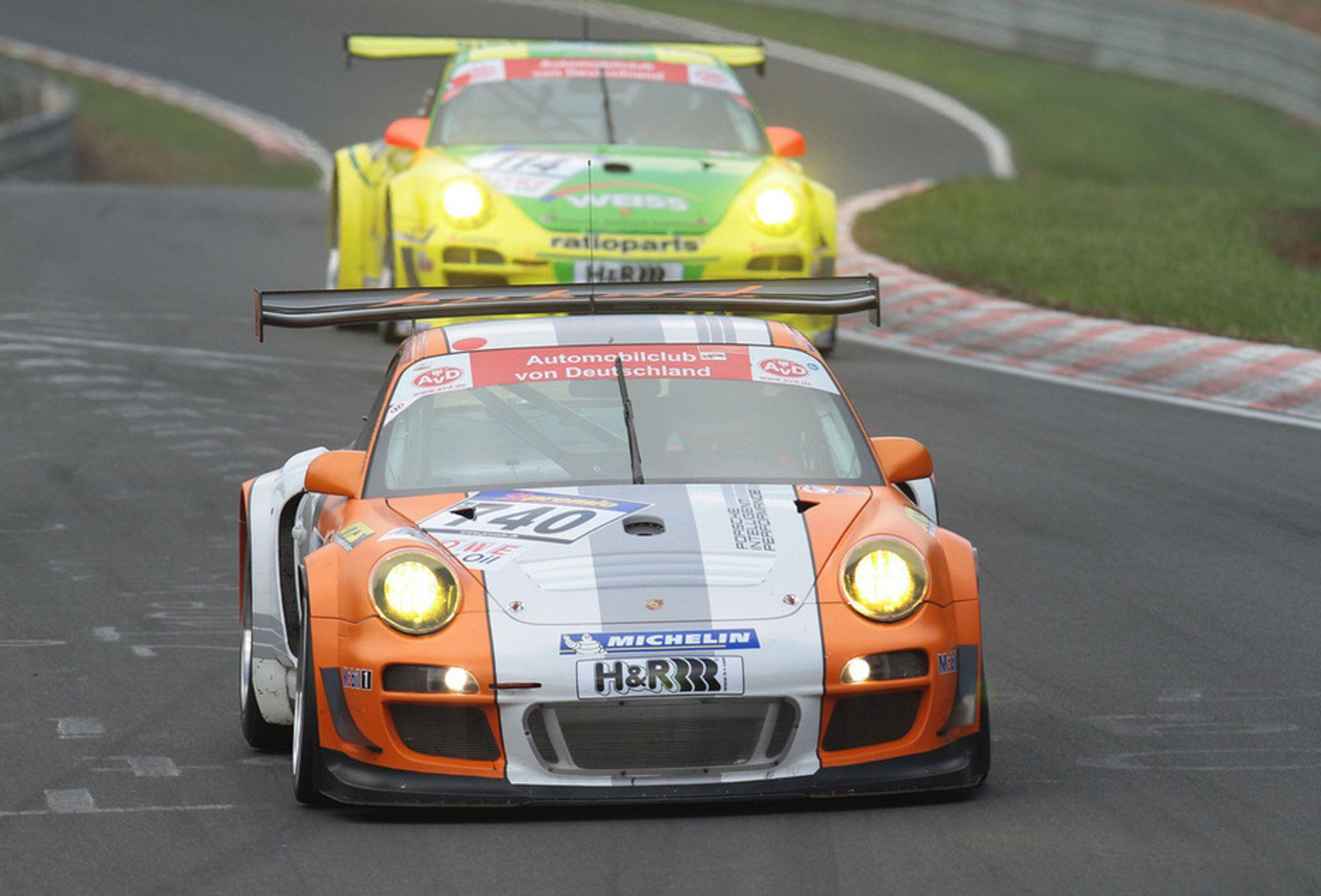 Porsche Works' 911 GT3 Hybrid (hvitoransje) tok en tredjeplass i runde to av årets Nürburgring langdistansemesterskap, mens den gulgrønne, konvensjonelle GT3 R-en tok sin andre strake seier.