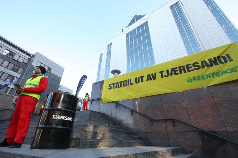 Greenpeace aksjonerte mot oljesand utenfor Statoils hovedkvarter.