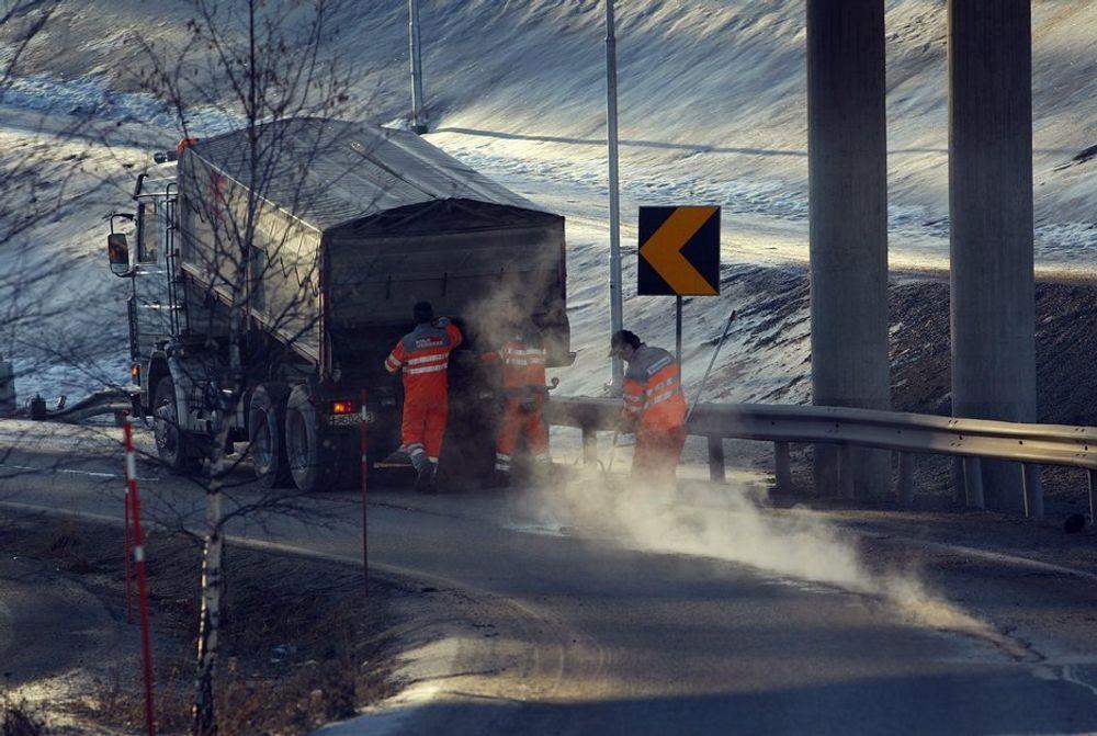 Krisepakker til asfaltering i fjor har redusert etterslepet på enkelte veistrekninger, men ellers ser det ut til at konkurranseutsetting av drifts- og vedlikeholdsoppgaver har liten effekt.