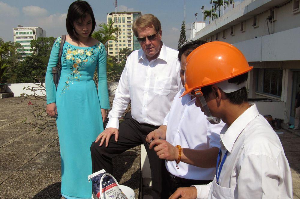 FORNØYD: Daglig leder Ulf Westgaard ( i midten) er fornøyd med arbeidet agentfirmaet i Hanoi gjør for Adda. Til venstre leder for agentselskapet, ingeniør Huyen Tran.