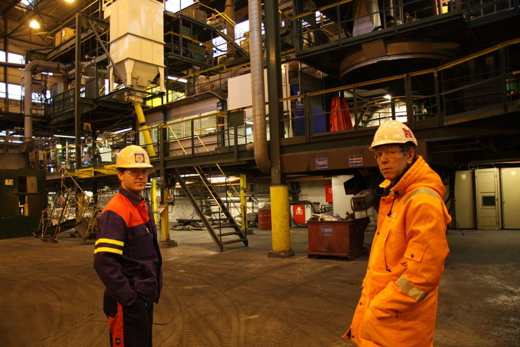 Pål Runde (til v.) og Harry Salvesen inne i Elkems forskningsstasjon. Her har det vært prøveproduksjon av karbotermisk aluminum. Forsøkene skal fortsette parallelt med piloten som bygges på Lista.
