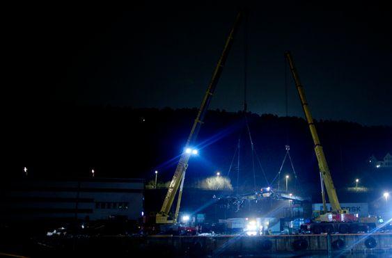 Oslo 20100324. Et godstog har sporet av og havnet i sjøen ved ved Statoils anlegg på Sjursøya i Oslo onsdag ettermiddag. Toget skal ha startet å rulle fra togterminalen på Alnabru før det raste ned mot Sjursøya. Tre personer skal ha omkommet i ulykken.