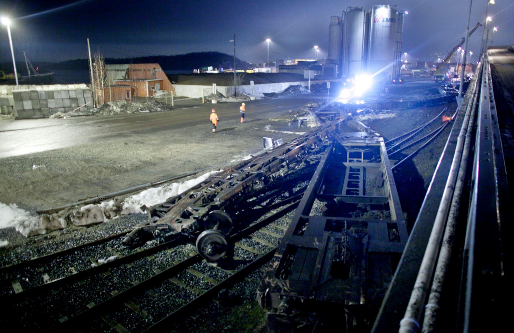 Opprydningsarbeidet etter togulykken på Sjursøya i Oslo pågikk hele natt til torsdag.