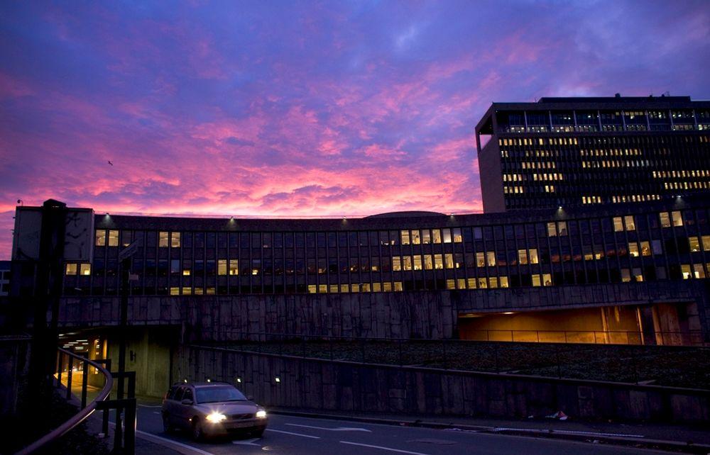 Regjeringskvartalet vil være mørklagt lørdag kveld, som en del av kampanjen Earth Hour. Det vil også en rekke andre offentlige bygg landet rundt.