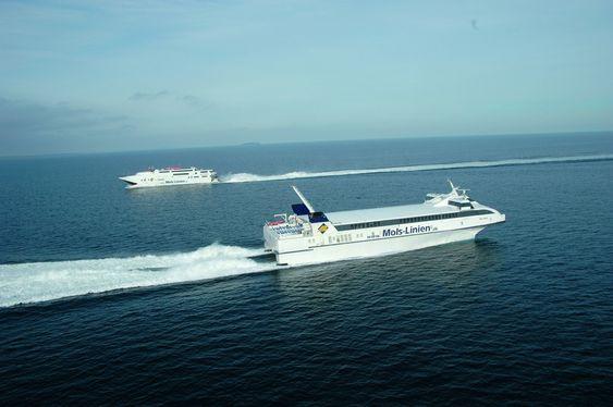 DUELL: Australskbygd Incat bak og danskbygget Seajet i hver sin retning. Sistnevnte bygges om for gassdrift.
