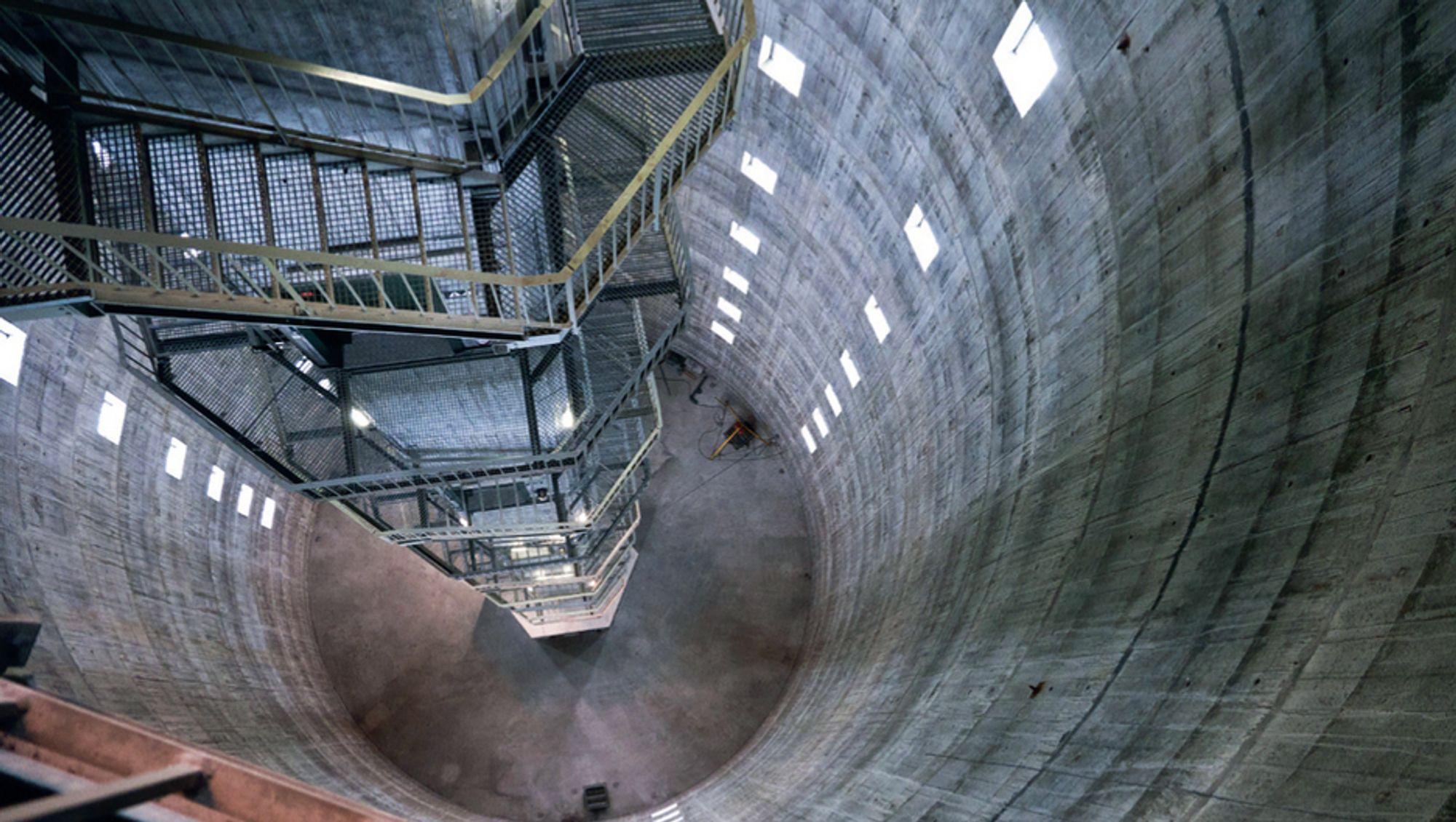 STORE DIMENSJONER: Det er luftige dimensjoner over Norkrings tårn i Belgia. Fra den første indre plattformen er det 60 meter ned. Opp til øverste plattform er det ytterligere 140 meter og helt til topps er det til sammen 300 meter.