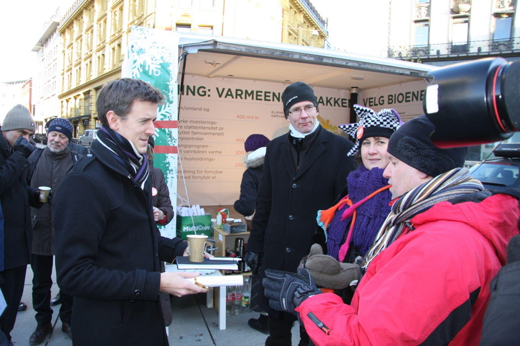 ØNSKER MILLIARDPAKKE: NoBio, Norsk Fjernvarmeforening og Avfall Norge ønsker seg økt støtte til fjernvarme, konvertering til vannbåren varme og kjøp av private pelletsovner. Fra venstre leder Erling Sande (Sp) i energikomiteen på Stortinget, direktør Håkon Jentoft i Avfall Norge, Heidi Juhler i Norsk Fjernvarmeforening og Cato Kjølstad fra NoBio.
