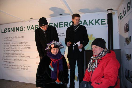 Pelletsfyrt ovn i en liten tilhenger utenfor Stortinget. NoBio, Norsk Fjernvarmeforening og Avfall Norge krever økt støtte til fjernvarme, konvertering til vannbåren varme og kjøp av private pelletsovner. 251110