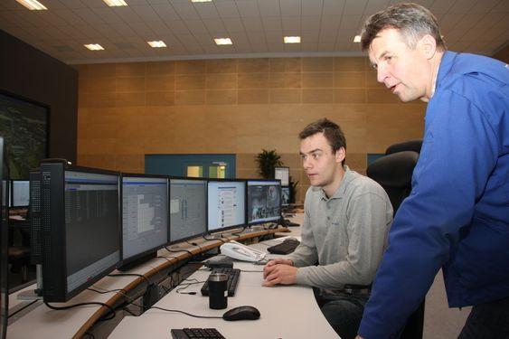 Prosessoperatør Fredrik Pettersen (t.v.) og ansvarlig for prosesskontroll Dag Skjeltorp, Borregaard fabrikker.