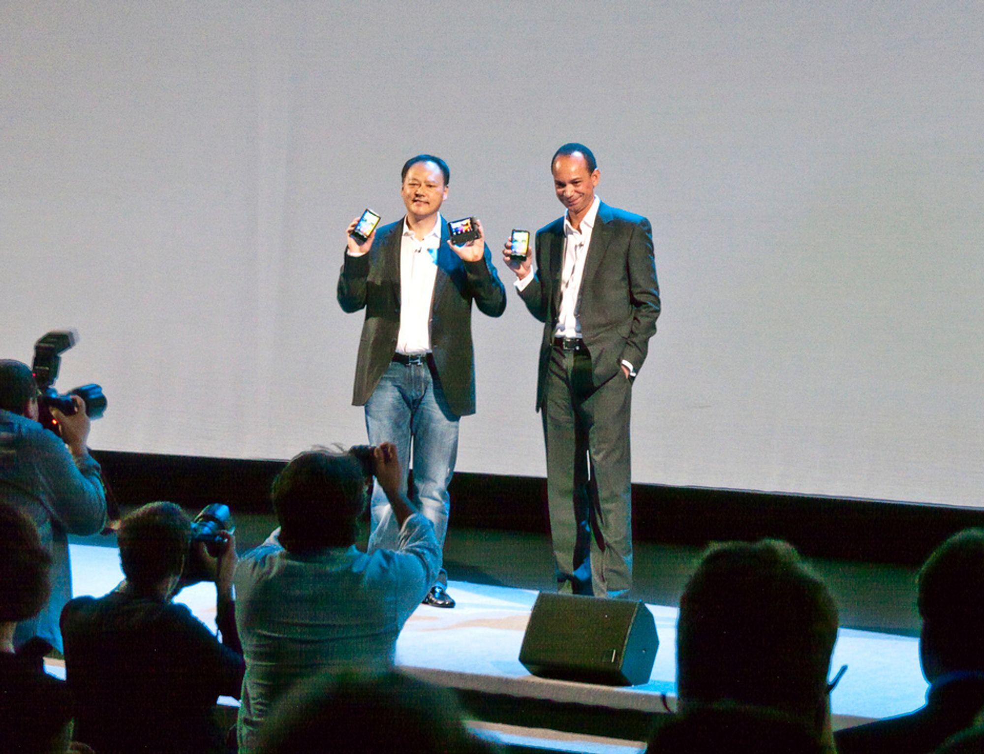 SJEFENE: HTC-sjefen viste frem de nye modellene sammen med en representant fra Vodaphone som vil omfavne de nye modellene.