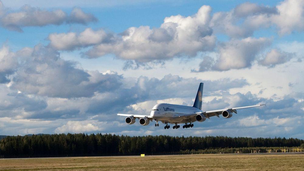 Airbus A380 lander på Gardermoen.