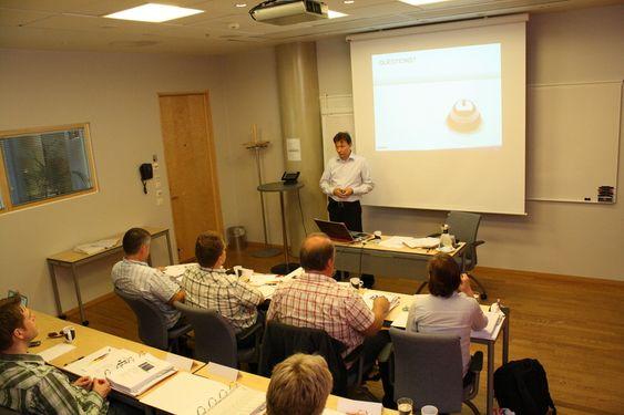 ISO-GURU: Sikkerhetsekspert Arnfinn Roland i Watchcom kurser og uteksaminerer nye revisorer.