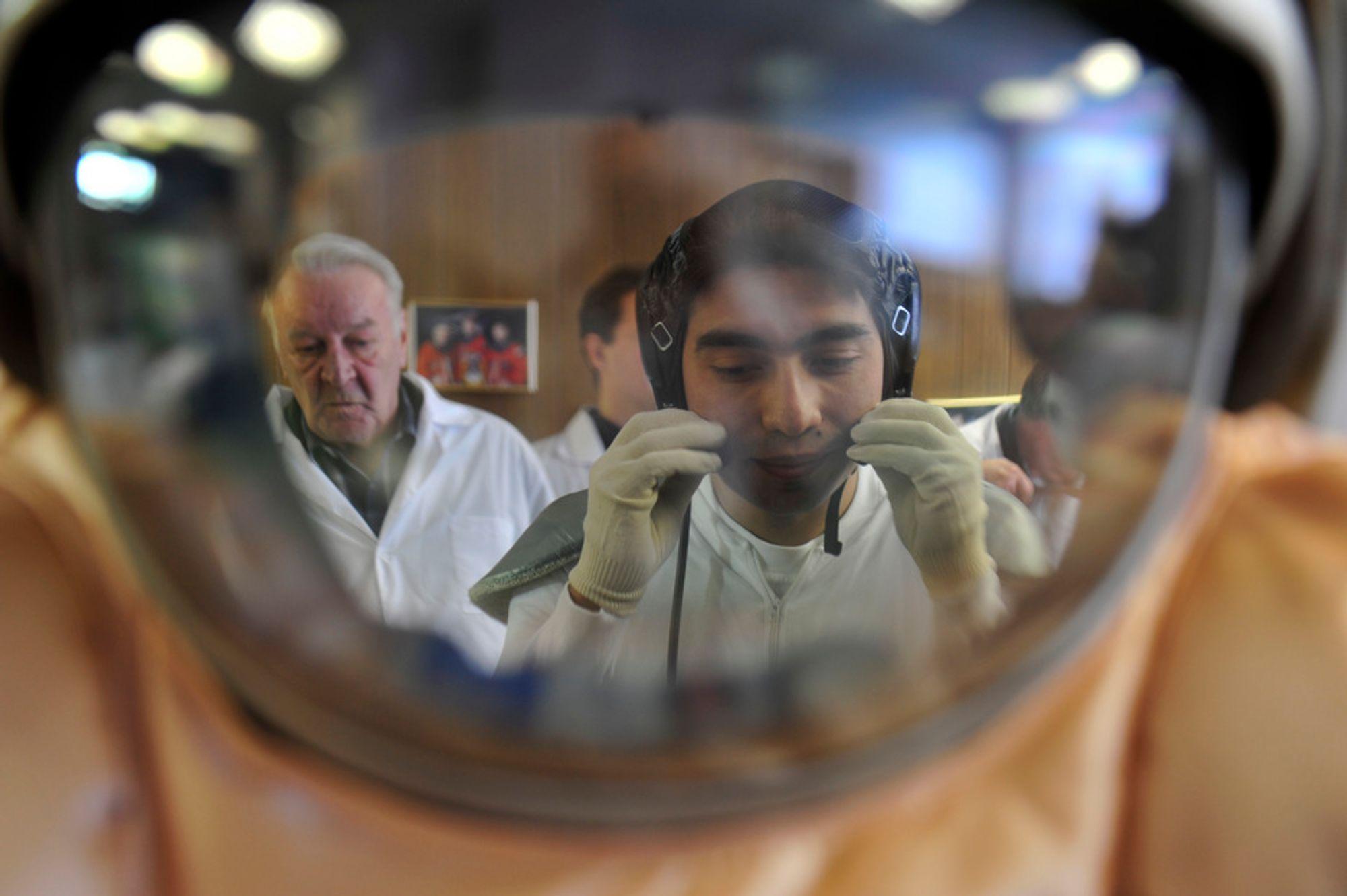 SIMULERING: ESAs testperson Diego Urbina tester en av romdraktene til bruk under simulert landing på Mars-overflaten.