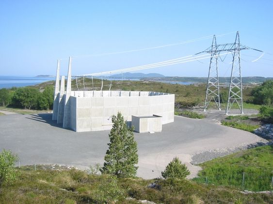 OVERGANG: Muffestasjon med overgang mellom luftledning og kabel. Denne er fra ledningen Fræna-Nyhamna.